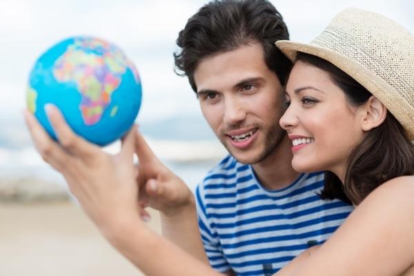Zwei Studenten überlegen ein Reiseziel