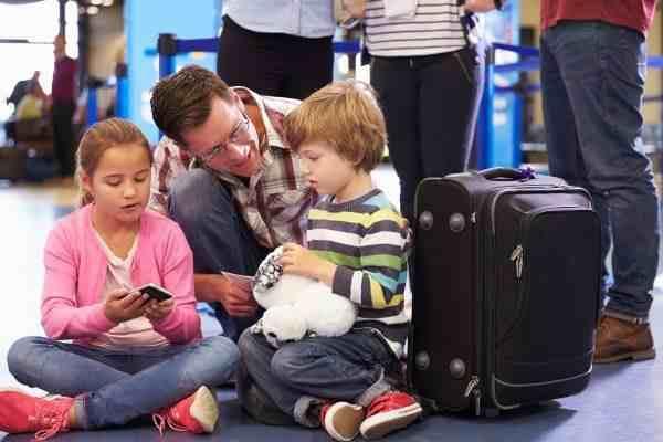 Familie am Flughafen vor der Abreise