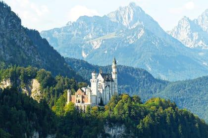 Schloss Neuschwanstein im Sonnenlicht auf einem Berg