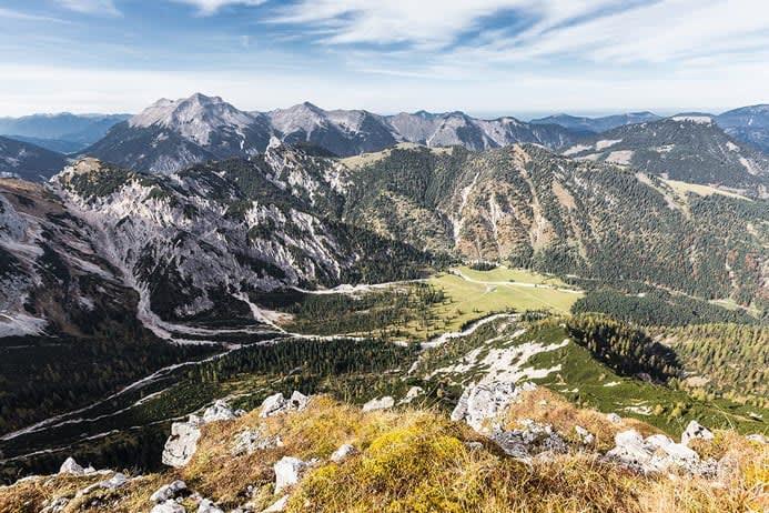 Blick von Berggipfel im Herbst im Wettersteingebirge an der Soiernspitze