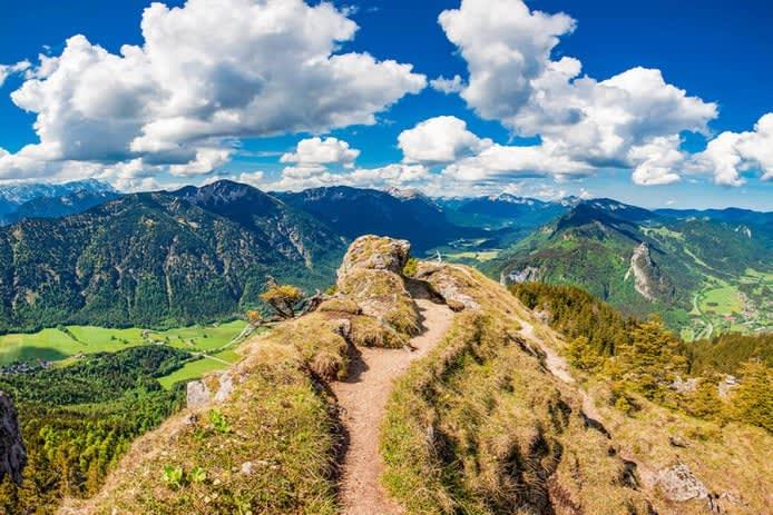 Blick von Berggipfel im Herbst in den Ammergauer Alpen