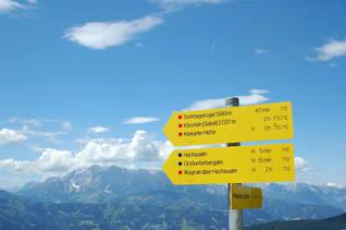 Wegweiser beim Wandern in den Bergen