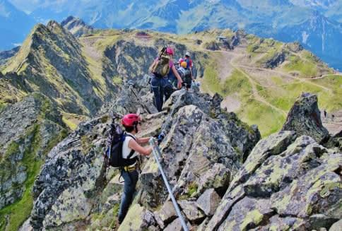 Wanderer setzen sich am Berggrat einem Unfallrisiko aus