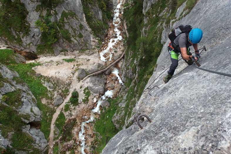 Bergsportler in Situation, in der eine Blockierung durch Höhenangst möglich ist