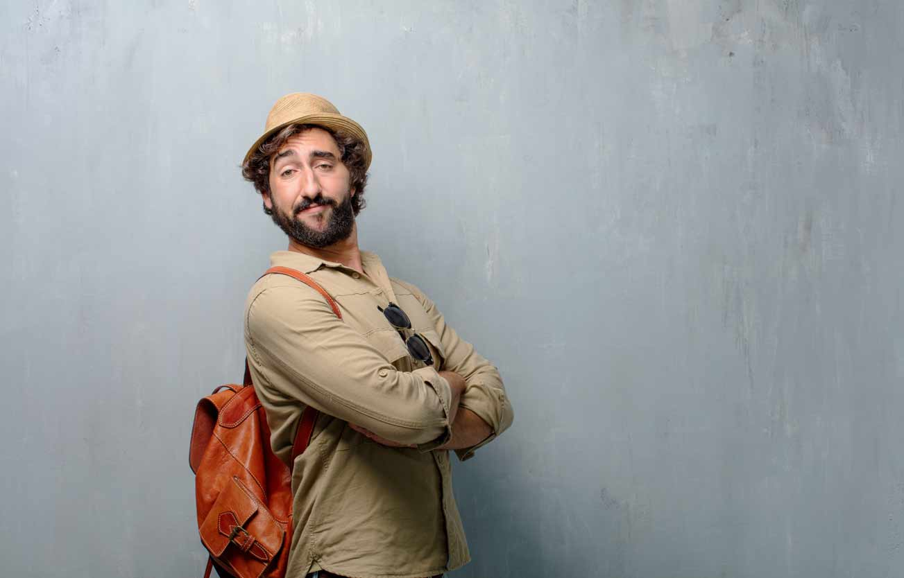 Mann mit Hut und braunen Lederrucksack