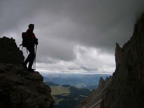 Wanderer auf Gipfel setzt sich Unwetter aus