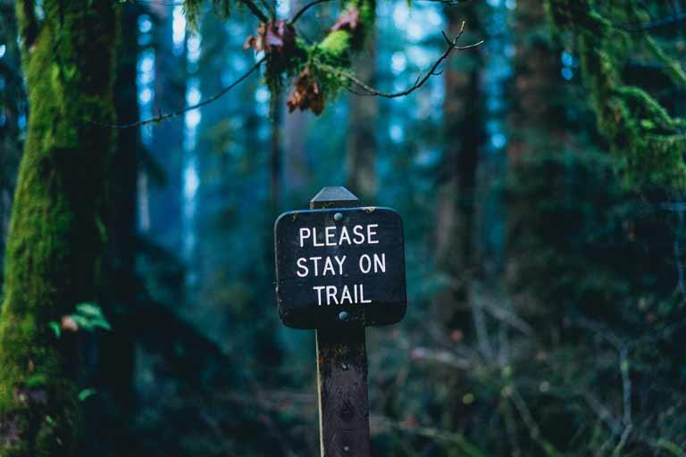 Wandern im Herbst auf markierten Wanderwegen bleiben Wanderversicherung Notfaelle