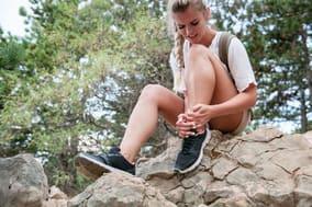 Verunfallte Wanderin wartet auf ihre Bergung durch die Bergretter