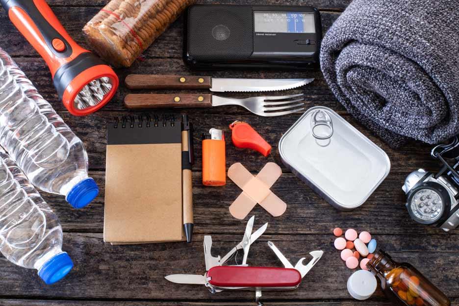 Versichern Sie Ihre Wanderausrüstung vor Verlust bei Bergung Taschenmesser Konserven Taschenlampe Radio