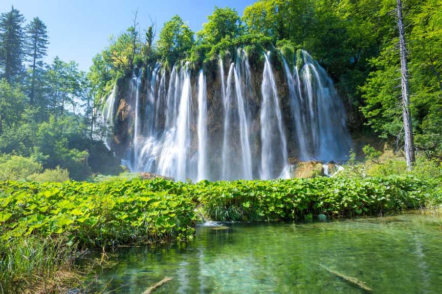 Die erlebenswerten Wandertouren an den Wasserfällen der Plitvicer Seen in Kroatien können über die Travelsecure Wander- und Bergsportversicherung abgesichert werden