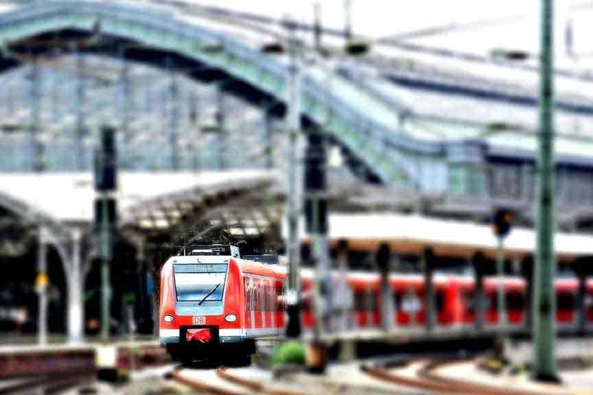 Corona Reiserücktritt Reiseabbruch Versicherung Reiseversicherung Covid-19 Ansteckung vermeiden beim Bahnfahren Zug fahren Köln Hauptbahnhof