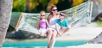 Reiserücktrittversicherung - Gründe Familie auf Hängematte